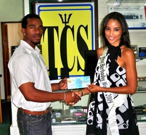 L to R: Tano Parris presenting the prize to Leah Marville (Click on Picture for enhanced version)