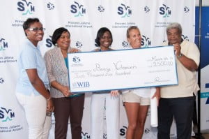 Cheque presentation, L-R: Lisa Noel (STB), Regina LaBega (MD, PJIAE), Kalifa Hickinson (Marketing Manager, PJIAE), winning photographer Bernie Verhoeven, and Robby Cijntje (Toppix) hold up the cheque for the first prize of US$2,500. (© photo)