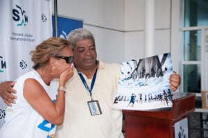 A happy Bernie (L) shown her own winning photo by Toppix competition organizer Robby Cijnje. (© photo)