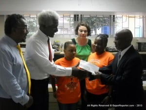 Dr. Larry L. Palmer, Ed.D, U.S. Ambassador to Barbados and the Eastern Caribbean, visited the demonstration, interacting with the students during the session as well as Professor Warde.