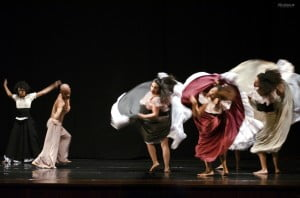 A sea of movement on stage with Coreoarte. Photo courtesy Coreoarte.