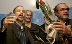 Special award ceremony will be held during the IPI World Congress on 14 April 2014 in Cape Town. Dissident Iranian journalist Akbar Ganji (L), Mashallah Shamsolvaezin (R) and Mohammad Bolouri show an award from the Association of Iranian Journalists, Tehran, Iran May 3, 2006. Photo by Raheb Homavandi/Reuters