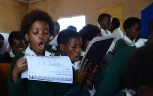 Estudiantes de una escuela sudafricana. Las aulas están masificadas y hay falta de materiales básicos, como pupitres y sillas