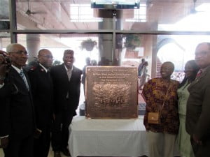 To honour the contribution of the West Indian workers, Foreign Office Minister for Latin America, Hugo Swire M.P., recently presented a bronze plaque at the Miraflores Locks Visitor Centre commemorating the contribution the people of the West Indies made to its construction.